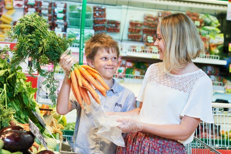 Familie die in kruidenierswinkelopslag winkelen stock fotografie