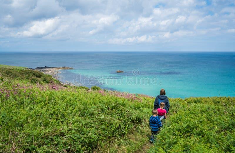 Familie die langs de kust lopen Van Cornwall stock foto