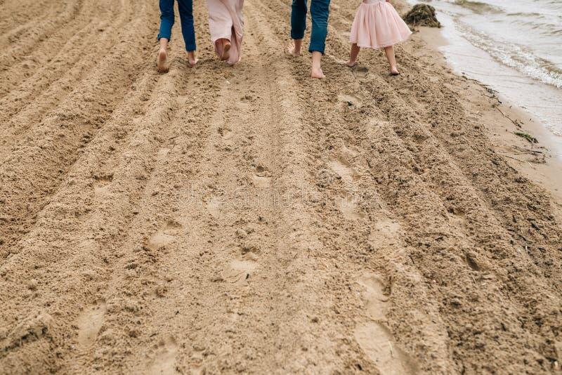 Familie die langs het strand loopt royalty-vrije stock foto's