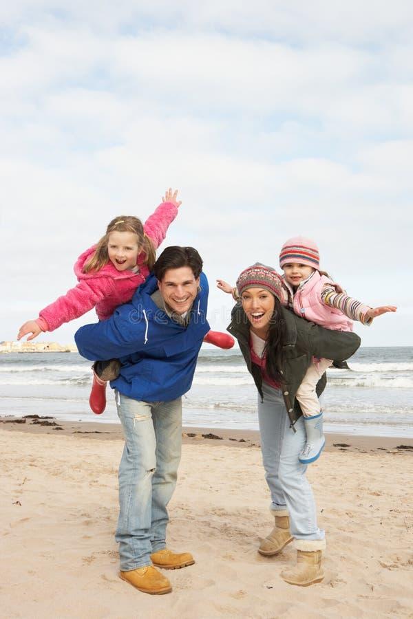 Familie die langs het Strand van de Winter loopt royalty-vrije stock foto