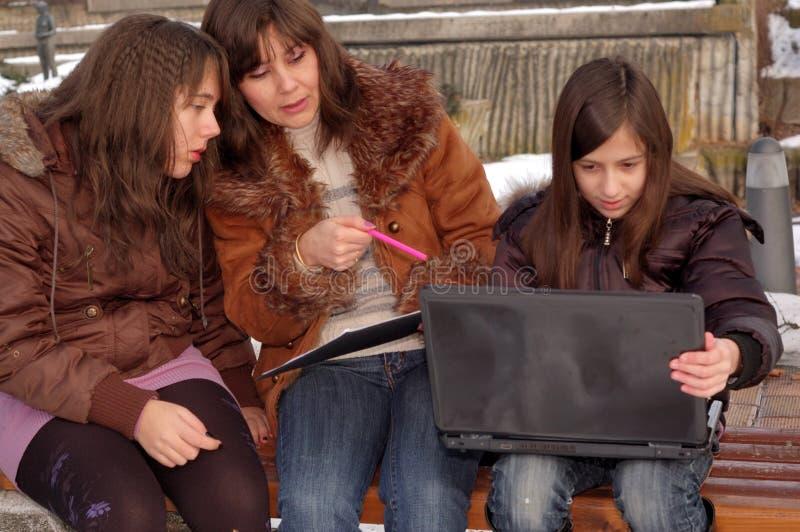 Familie die laptop bestudeert stock foto's