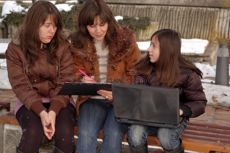 Familie die laptop bestudeert royalty-vrije stock foto