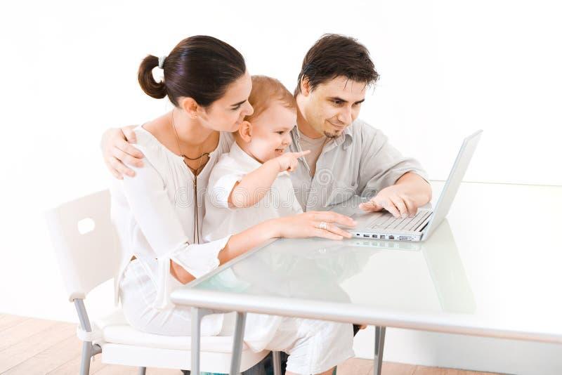 Familie die laptop met behulp van stock fotografie