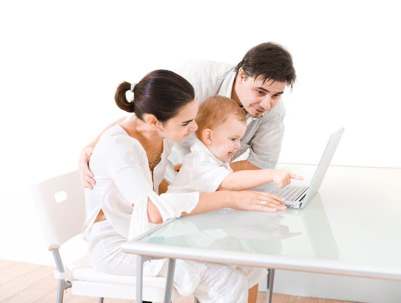 Familie die laptop met behulp van stock foto's
