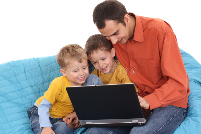 Familie die laptop met behulp van stock afbeeldingen