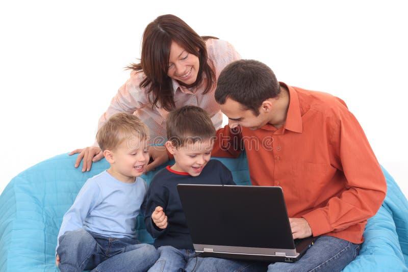Familie die laptop met behulp van royalty-vrije stock fotografie