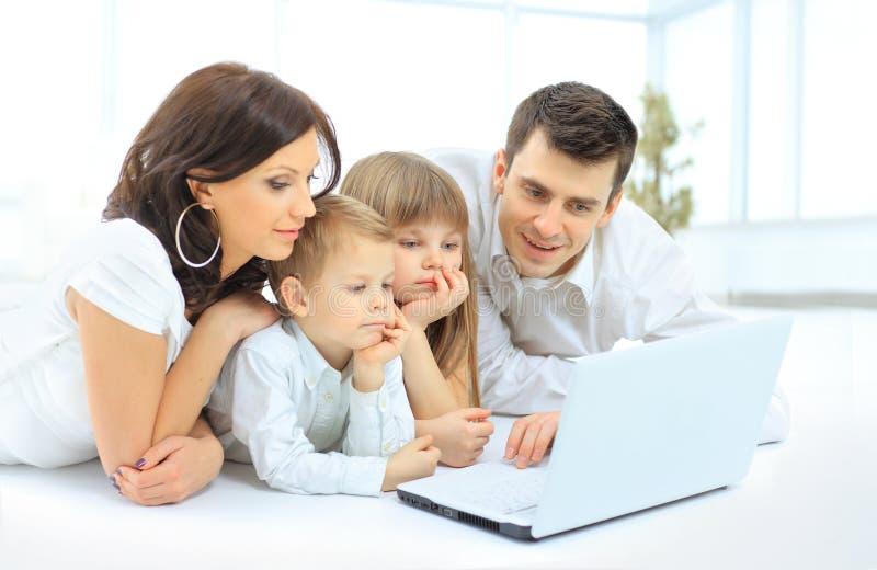 Familie die laptop onderzoeken royalty-vrije stock afbeeldingen