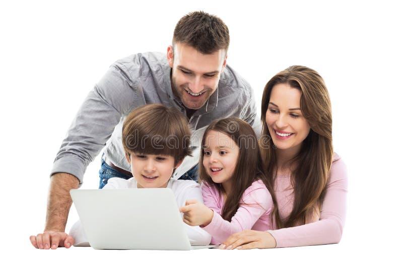 Familie die laptop samen met behulp van royalty-vrije stock foto