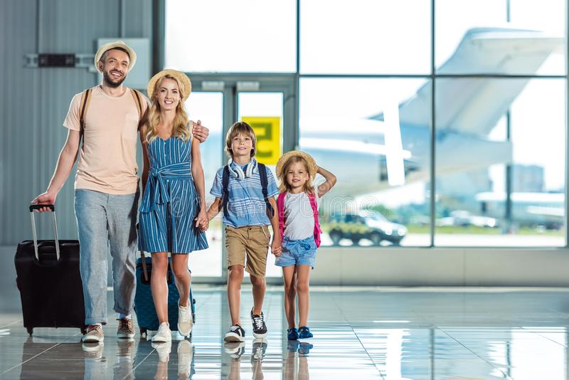 Familie die in luchthaven lopen stock foto's