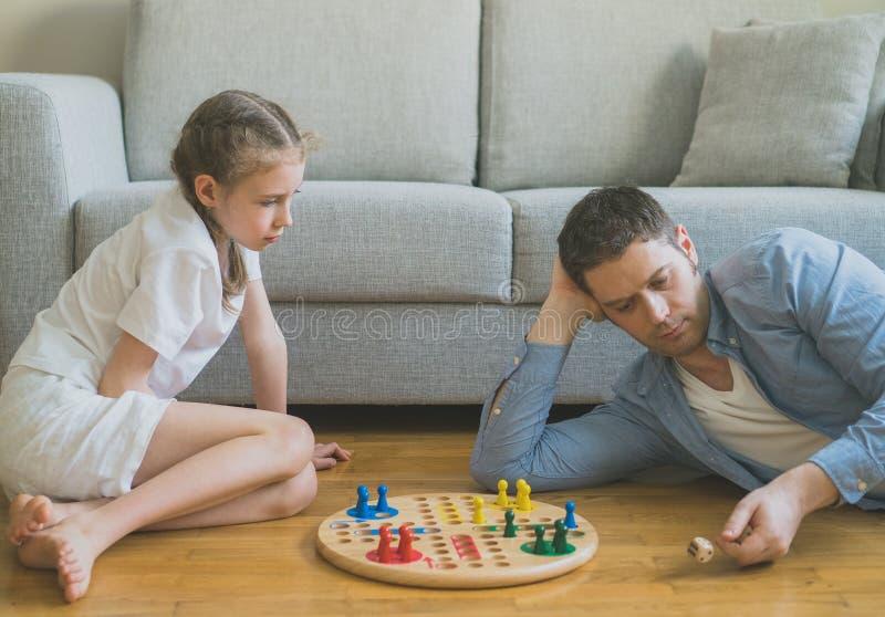 Familie die Ludo spelen royalty-vrije stock afbeeldingen