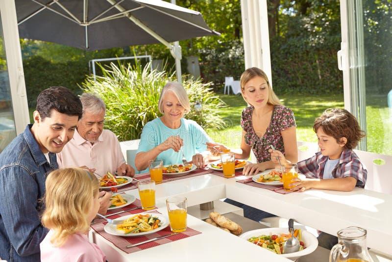 Familie die lunch samen in de zomer eten royalty-vrije stock afbeeldingen