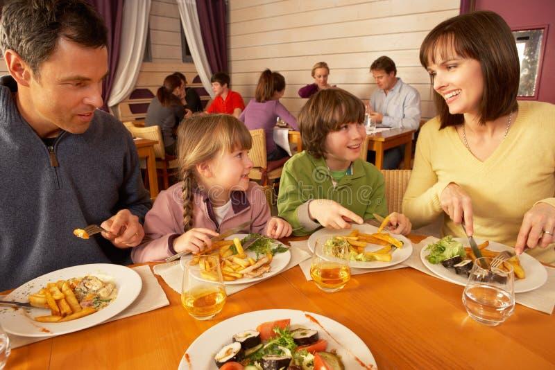 Familie die Lunch samen in Restaurant eet royalty-vrije stock afbeeldingen