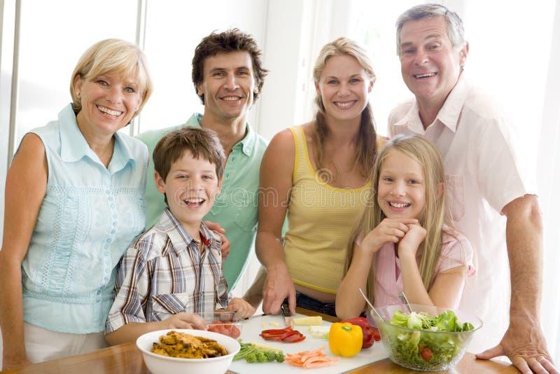 Familie die maaltijd, etenstijd samen voorbereidt royalty-vrije stock afbeeldingen