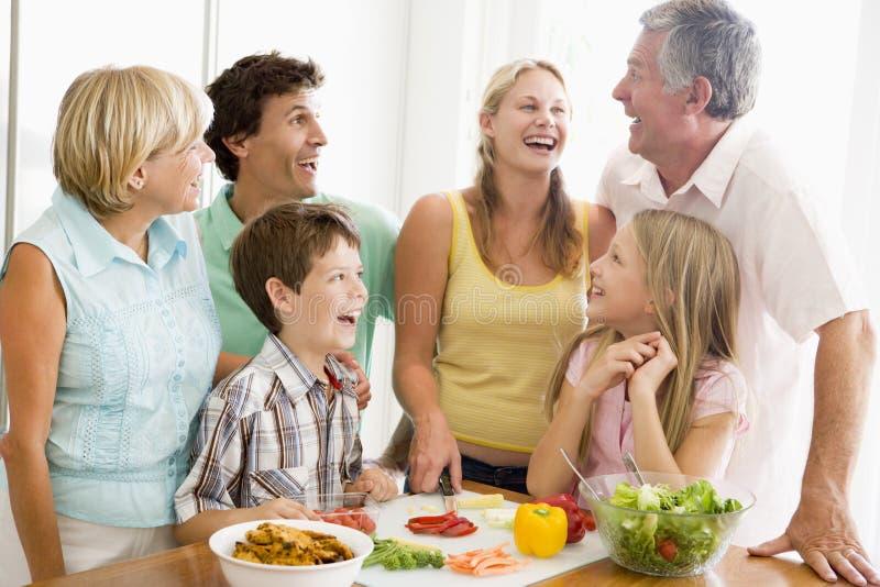 Familie die maaltijd, etenstijd samen voorbereidt stock foto's