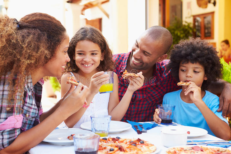 Familie die Maaltijd samen eten bij Openluchtrestaurant royalty-vrije stock foto