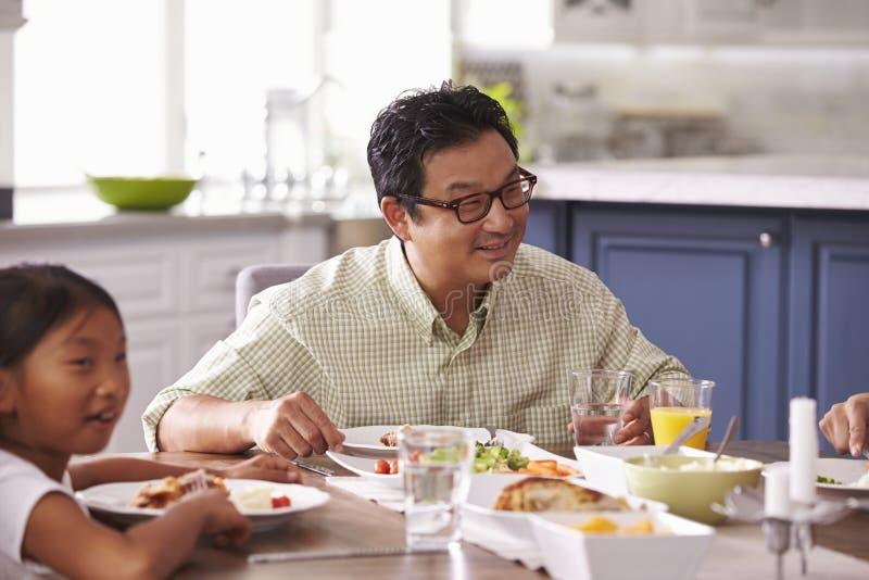 Familie die Maaltijd thuis samen eten royalty-vrije stock afbeeldingen