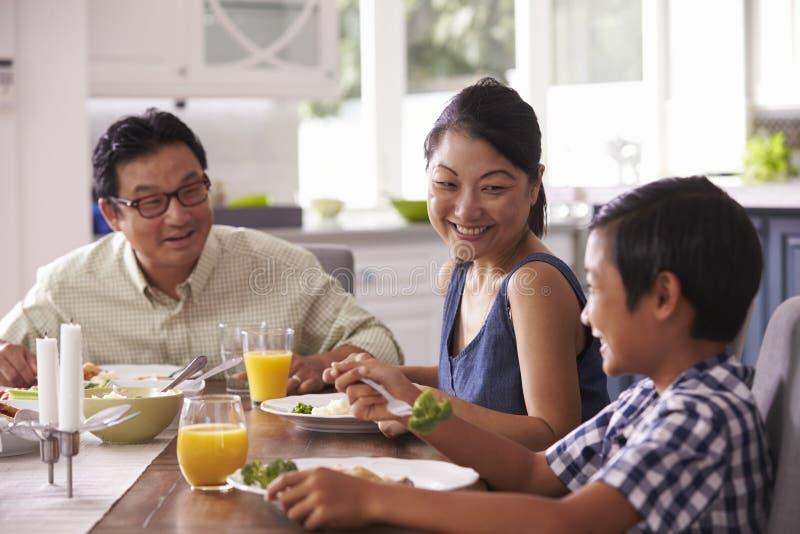 Familie die Maaltijd thuis samen eten royalty-vrije stock afbeelding