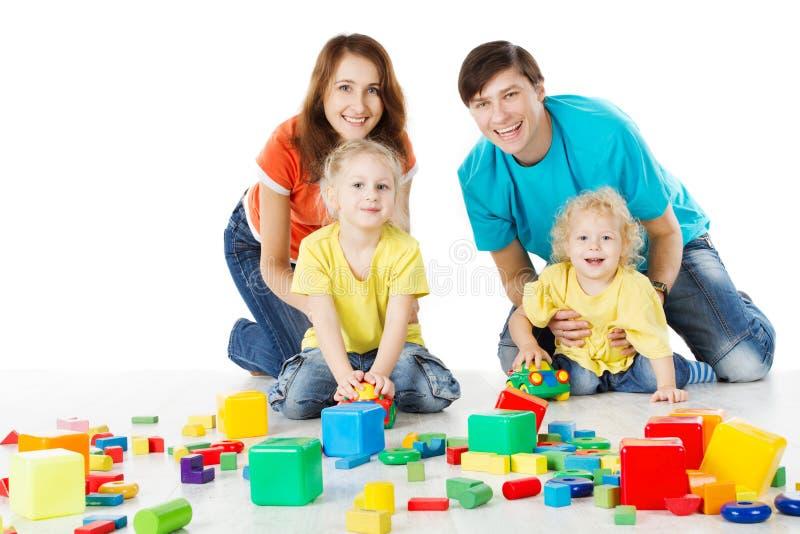 familie die met jonge geitjes speelgoedblokken speelt stock fotografie