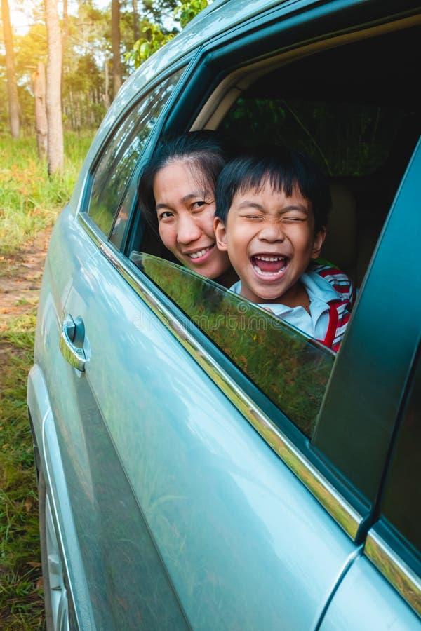 Familie, die mit dem Auto im Urlaub reist drau?en stockbilder