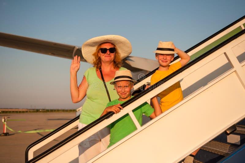 Familie, die mit dem Flugzeug reist stockfotos