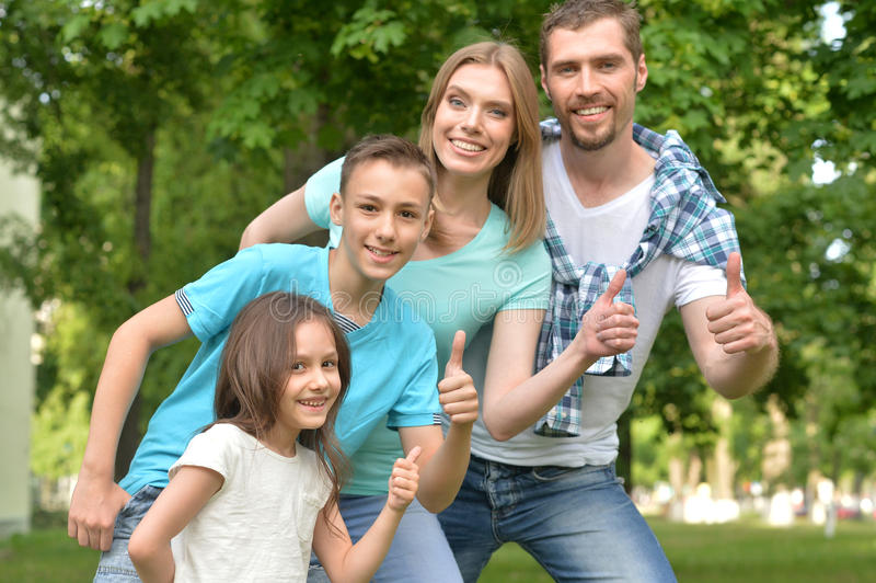Familie, die mit den Daumen oben aufwirft lizenzfreie stockfotografie