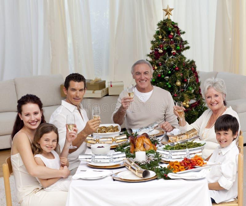 Familie, die mit FO-Weihnachten des weißen Weins tusting ist