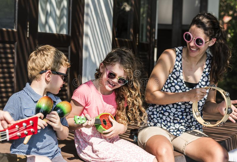 Familie die muzikale instrumenten samen spelen royalty-vrije stock foto