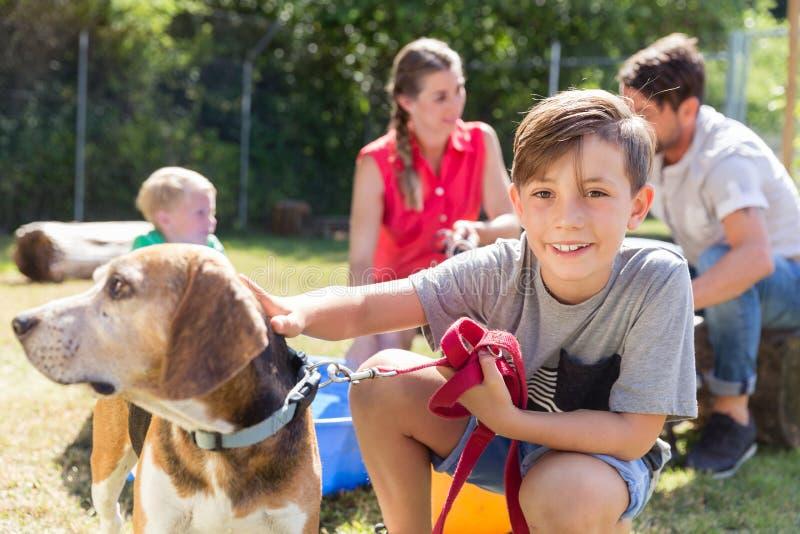 Familie die naar huis een hond van de dierlijke schuilplaats nemen stock afbeeldingen