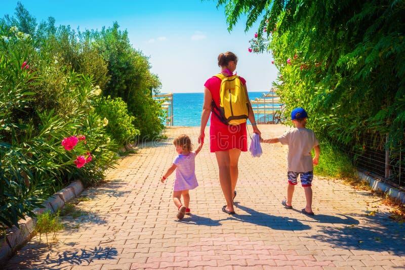 Familie die naar overzees strand op de zomervakantie gaan stock fotografie