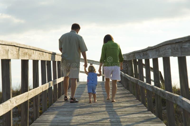 Familie die naar strand gaat stock afbeeldingen