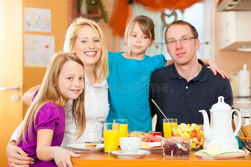 Familie, die Nahrung zum Frühstück isst lizenzfreie stockbilder