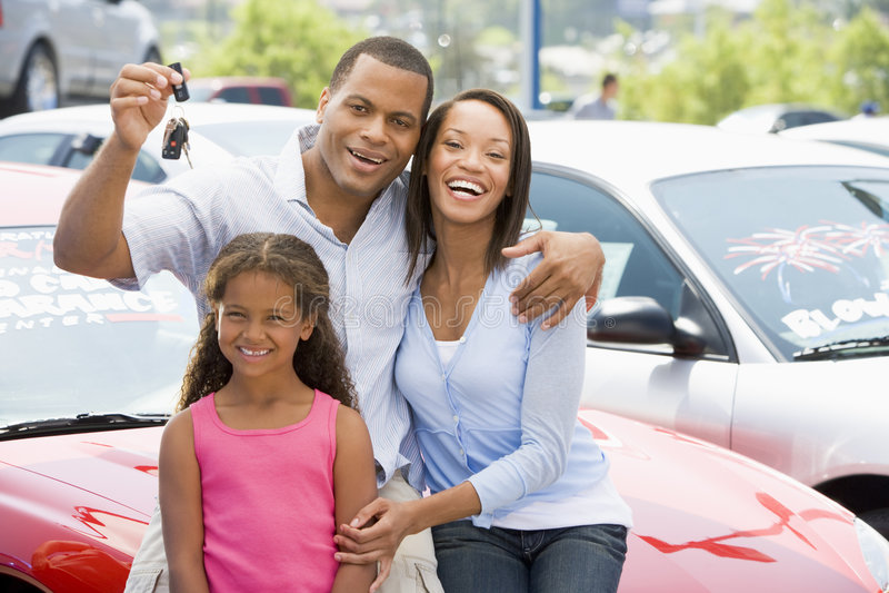 Familie die nieuwe auto verzamelt stock foto's