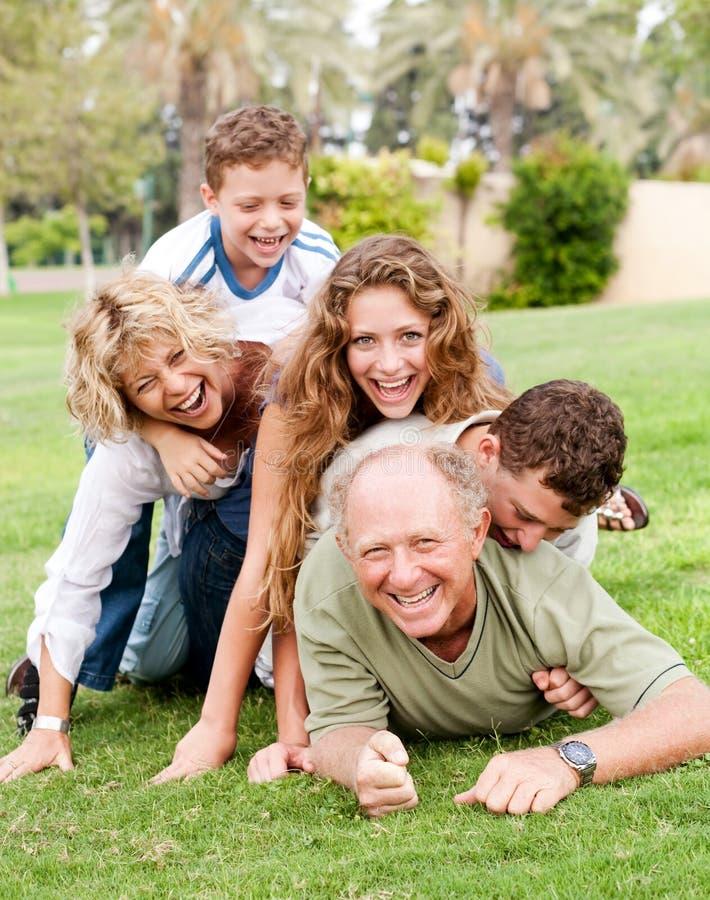 Familie, die oben auf Vati anhäuft stockfoto