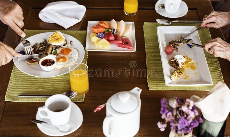 Familie die ontbijt eten bij een hotel royalty-vrije stock foto