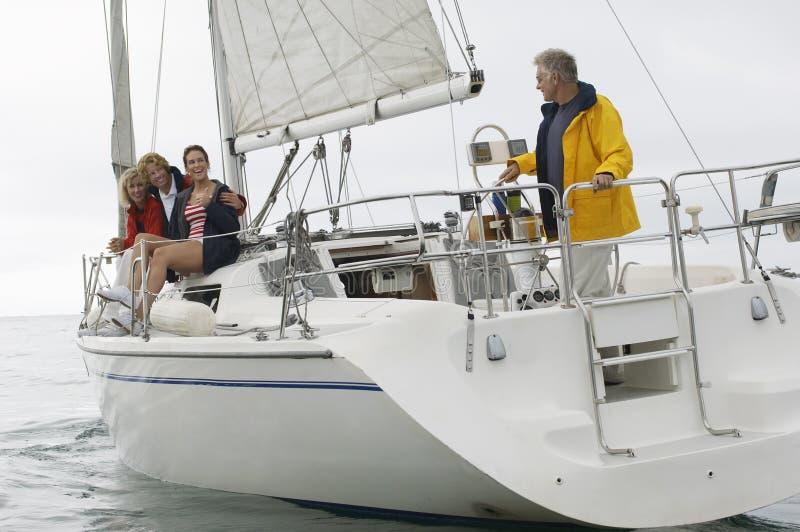 Familie die op Boot tijdens Vakanties varen royalty-vrije stock foto's