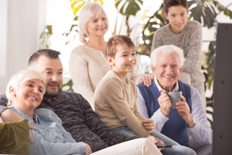 Familie die op een film letten stock foto's
