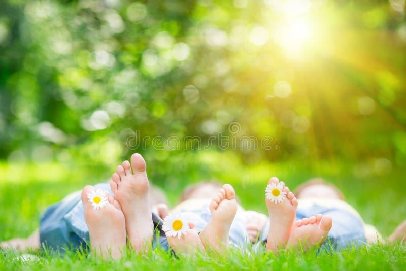Familie die op gras liggen royalty-vrije stock afbeeldingen