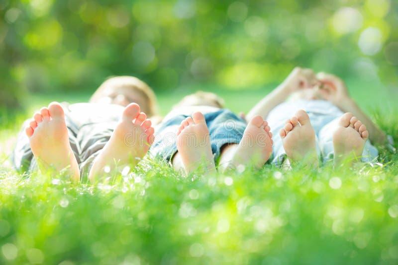 Familie die op groen gras liggen royalty-vrije stock foto
