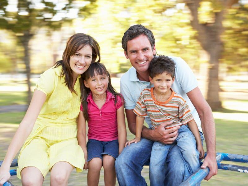 Familie die op Rotonde in Park berijdt royalty-vrije stock foto's