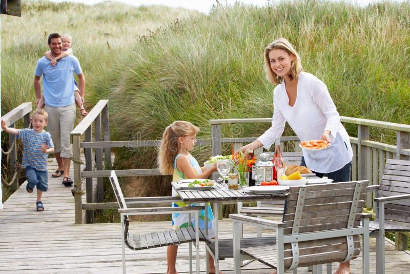 Familie die op vakantie in openlucht eet royalty-vrije stock foto