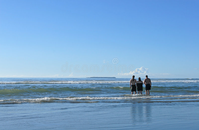 Familie die op zee kijkt royalty-vrije stock afbeelding