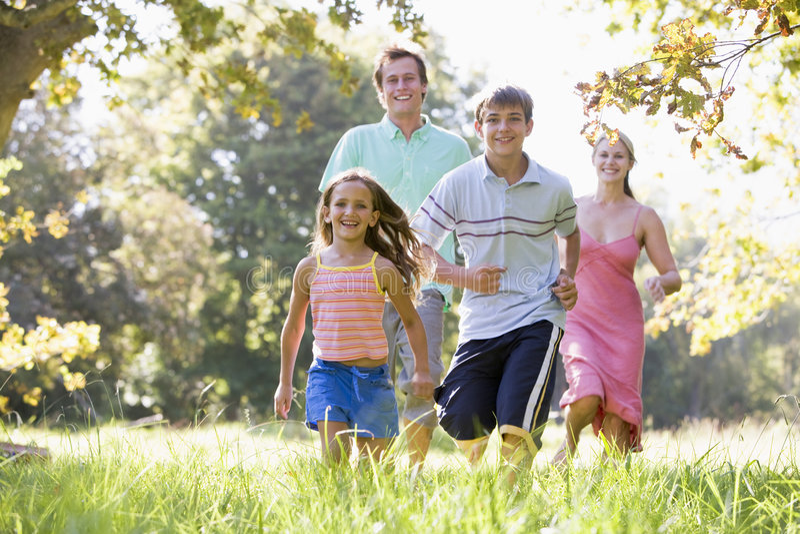 Familie die in openlucht het glimlachen in werking stelt royalty-vrije stock foto's