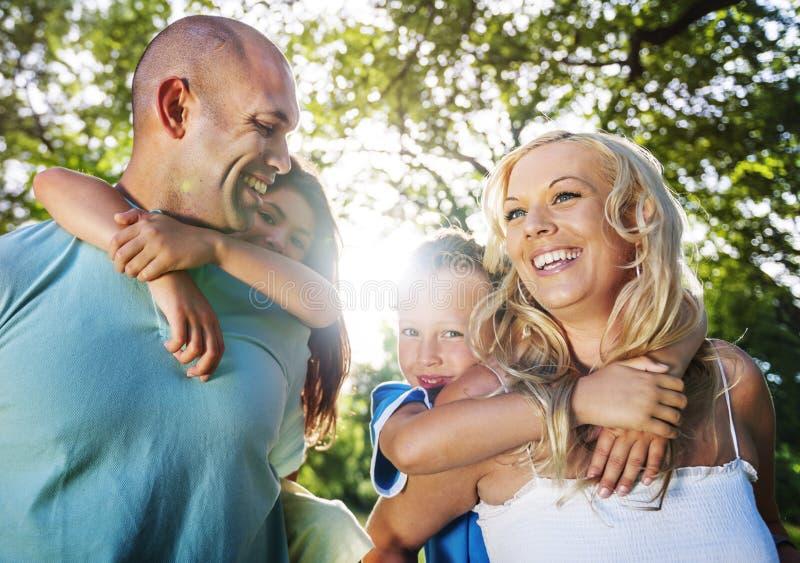 Familie die in openlucht Kinderen Autumn Concept spelen royalty-vrije stock afbeeldingen