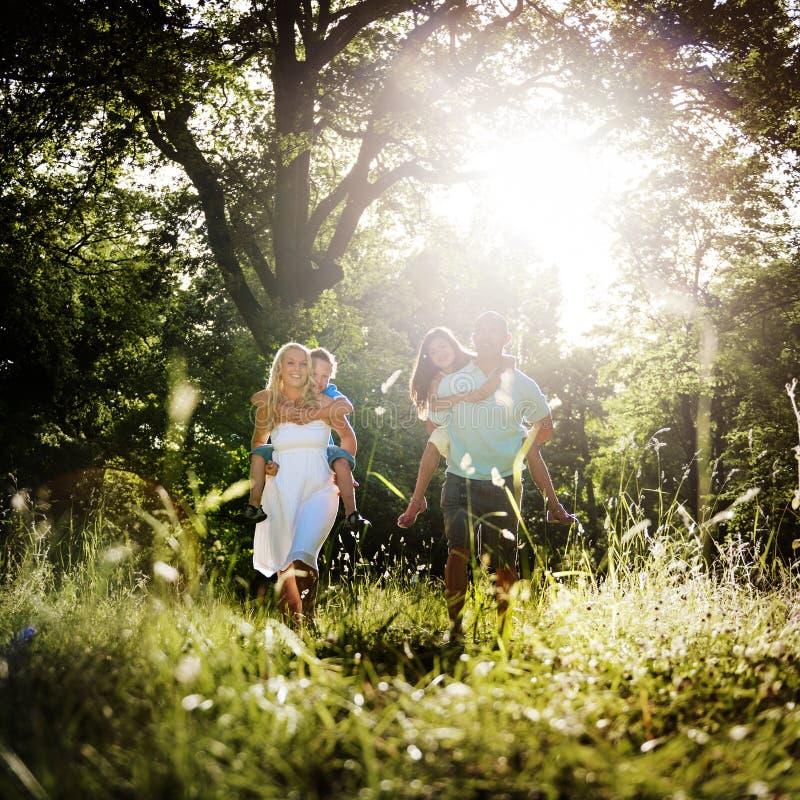 Familie die in openlucht Kinderen Autumn Concept spelen stock fotografie