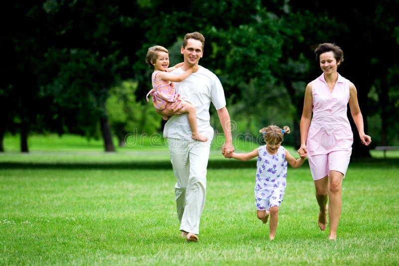 Familie die in park loopt stock foto