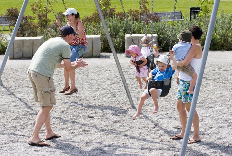 Familie, die am Park spielt lizenzfreie stockfotos