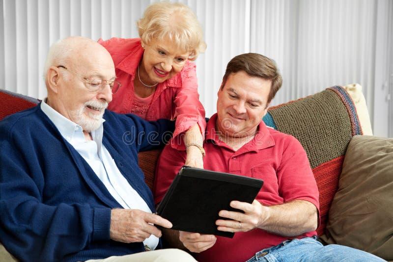 Familie die PC van de Tablet met behulp van royalty-vrije stock foto