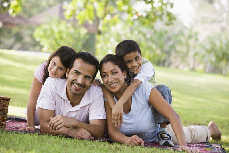 Familie, die Picknick hat lizenzfreie stockfotos