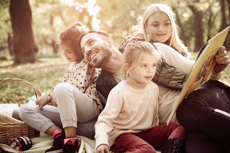 Familie die picknick in park heeft royalty-vrije stock afbeeldingen