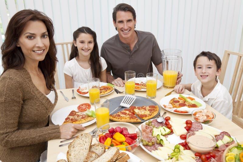 Familie die Pizza & Salade eet bij Eettafel royalty-vrije stock foto
